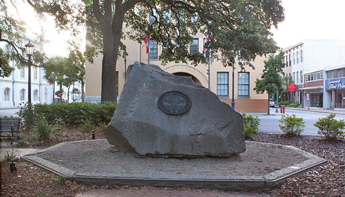 tomochichis-grave-in-wright-square