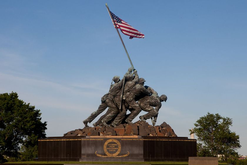 1200px-The_Marine_Corps_War_Memorial_in_Arlington,_Va.,_can_be_seen_prior_to_the_Sunset_Parade_June_4,_2013_130604-M-MM982-036