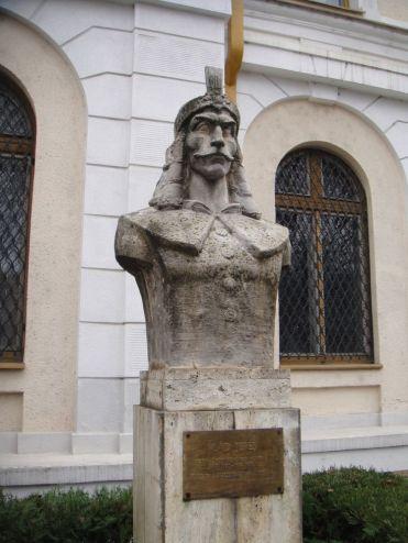 Vlad Dracul statue2