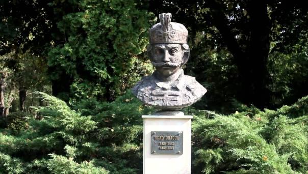 Vlad Dracul statue4