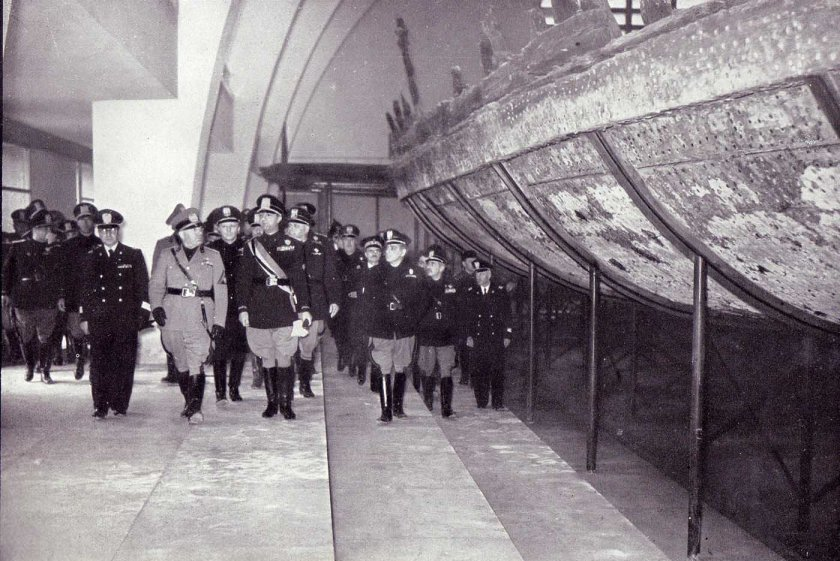 Italians viewing antique Emperor Caligula's Nemi ships, 1932 (5)