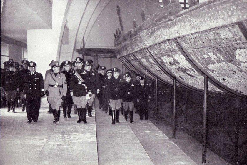 Italians viewing antique Emperor Caligula's Nemi ships, 1932 (5)