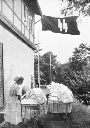 Bundesarchiv_Bild_146-1973-010-11,_Schwester_in_einem_Lebensbornheim