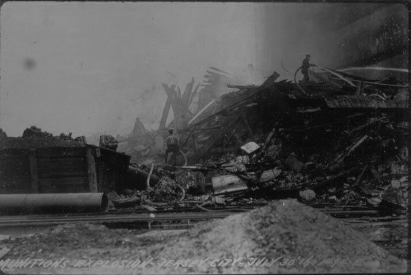 Black_Tom_explosion_-_firefighters_-_1916