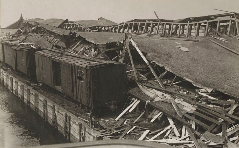 View_of_the_debris_of_the_Lehigh_Valley_pier_after_Black_Tom_explosion_(cropped)
