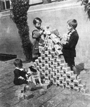 xlarge_children_playing_with_a_tower_of_german_hyperinflationary_banknotes