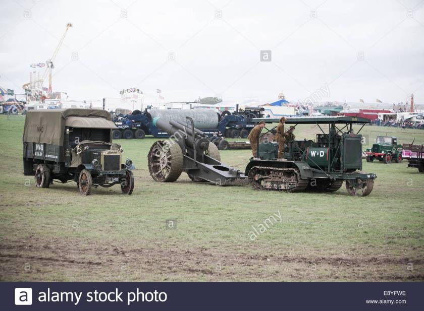 a-ww1-holt-gun-tractor-towing-a-howlitzer-artillery-gun-replica-passing-E8YFWE