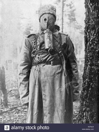 russian-soldier-in-a-rubber-gas-mask-on-the-eastern-front-russia-during-K07NJ9