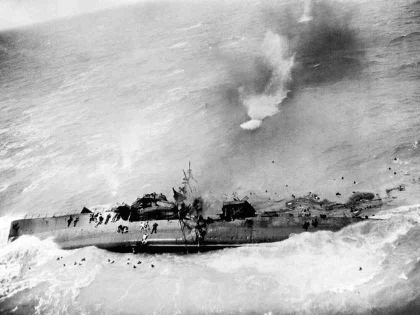 noboru-kinoshita.-japanese-ship-sinking-under-air-attack.-pintrest