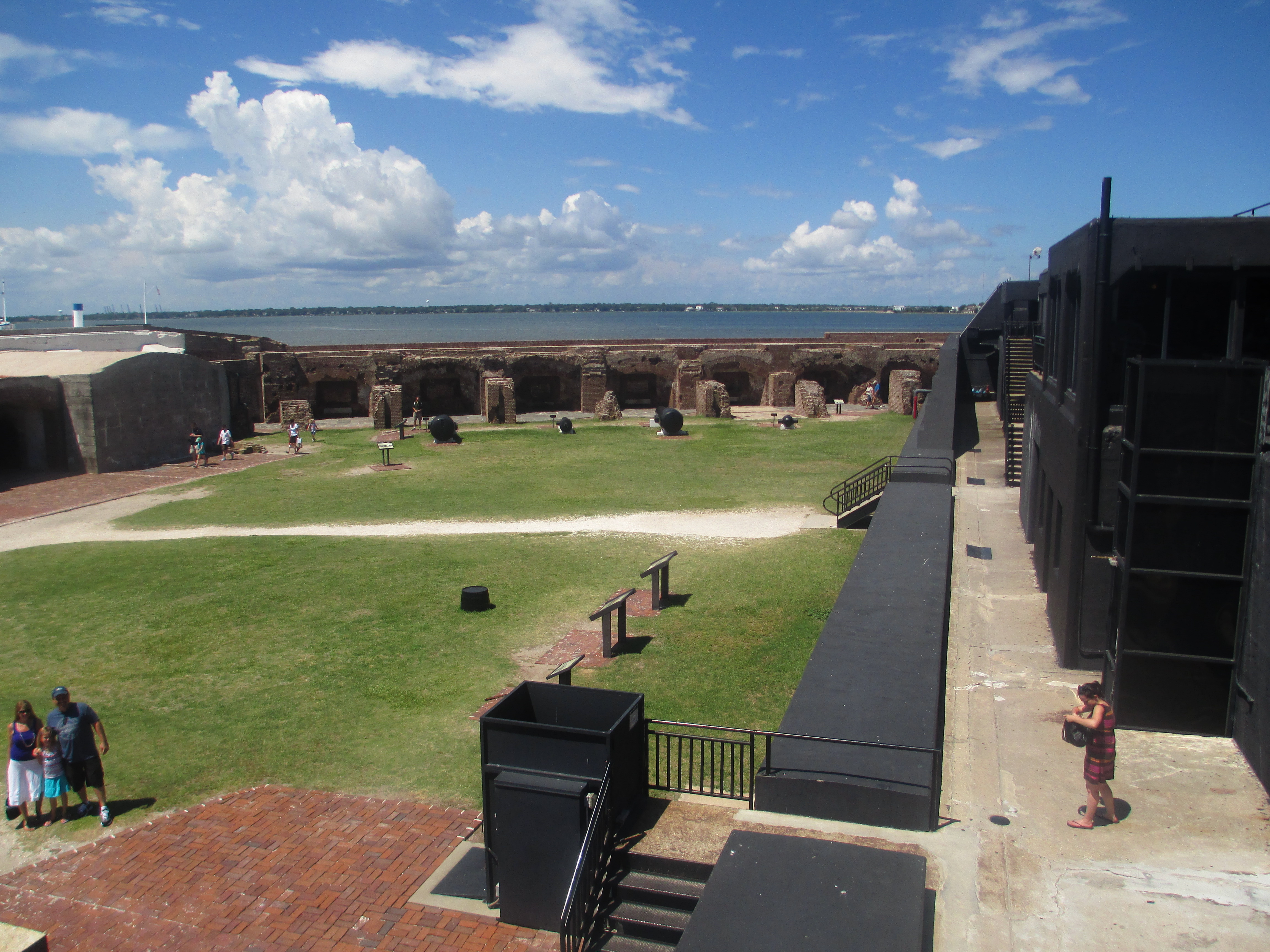 Overview_of_interior_of_Fort_Sumter_IMG_4543.JPG