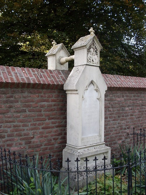 Oud-Kerkhof-graves-with-hands2.jpg
