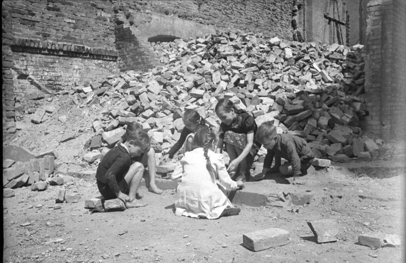 Bundesarchiv_Bild_183-19000-1661_Berlin_Kinder_spielen_in_Ruinen-e1445197409271